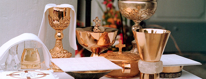 Altar mit Kelchen und Schalen © Erzbistum Köln, PEK cc by 3.0